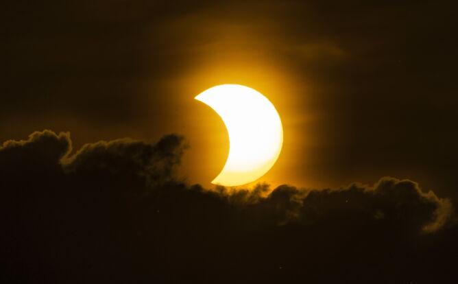 Częściowe zaćmienie Słońca w Stanach Zjednoczonych (PAP/EPA/JUSTIN LANE)