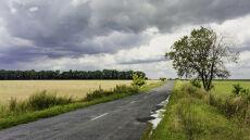 Na zachodzie i północy drogi zrobią się mokre. Uwaga na burze